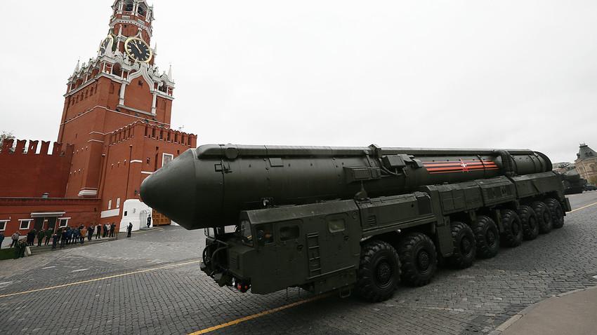 Un lanceur de missile balistique intercontinental Topol-M sur la place Rouge