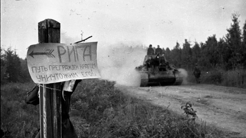 Натпис на путоказу: РИГА. Пут је блокирао непријатељ. Уништимо га! Септембар 1944.