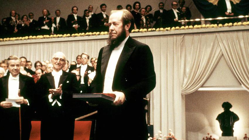 Прокуденият руски писател Александър Солженицин получава Нобелова награда в Стокхолм, 10 декември 1970 г.