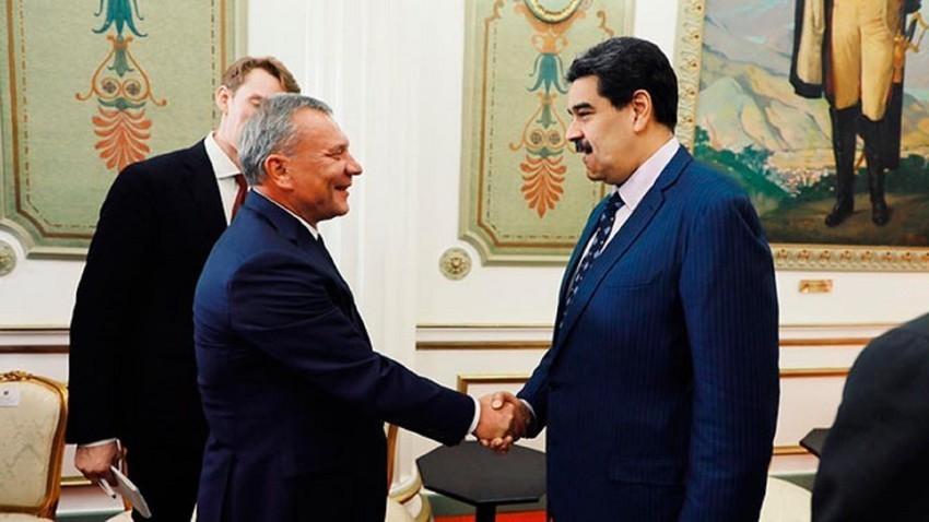 O vice-premiê russo, Iúri Boríssov, (à esq.) e o presidente venezuelano Nicolás Maduro