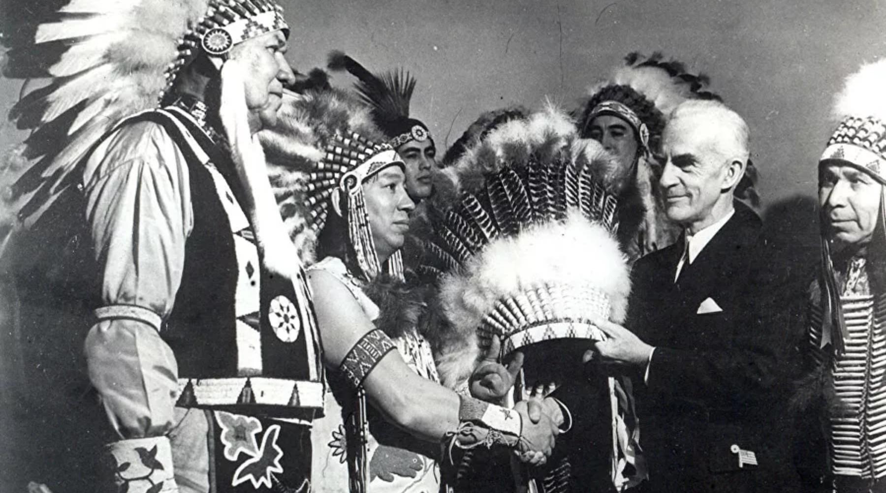 Ceremonija predaje nacionalnog indijanskog ukrasa za glavu u New Yorku, 1942.