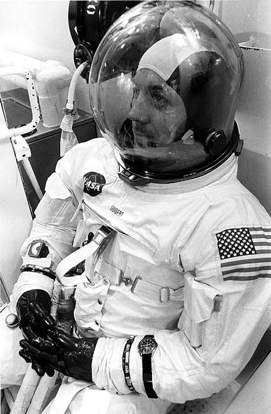 Ameriški astronavt Jack Swigert med odštevanjem pred vzletom Apolla 13 z uro Omega, 11. 4. 1970