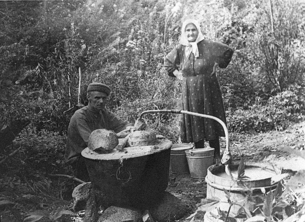 Orang-orang membuat minuman keras sendiri, pertengahan 1950-an.