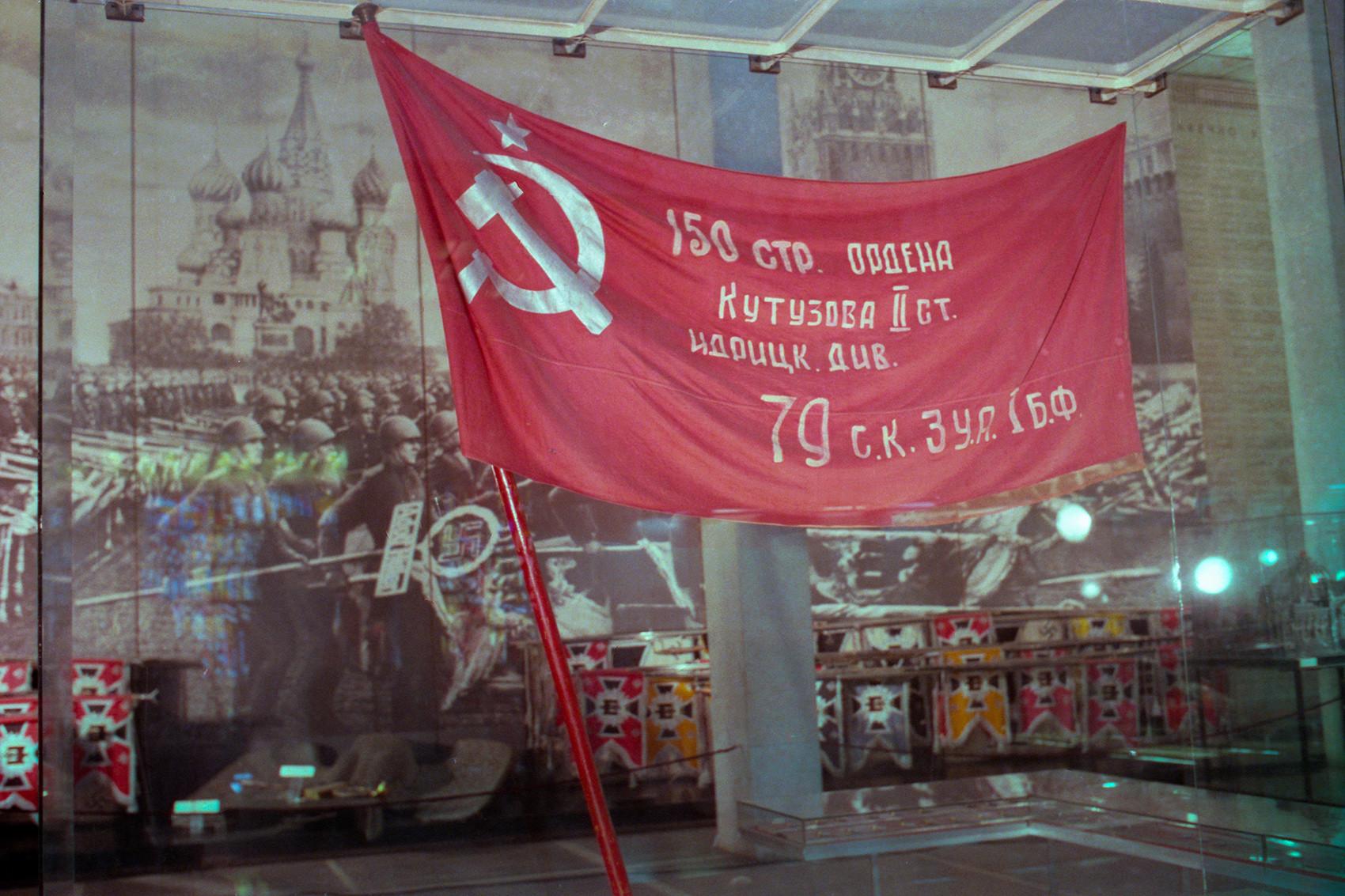 Una copia della Bandiera della Vittoria