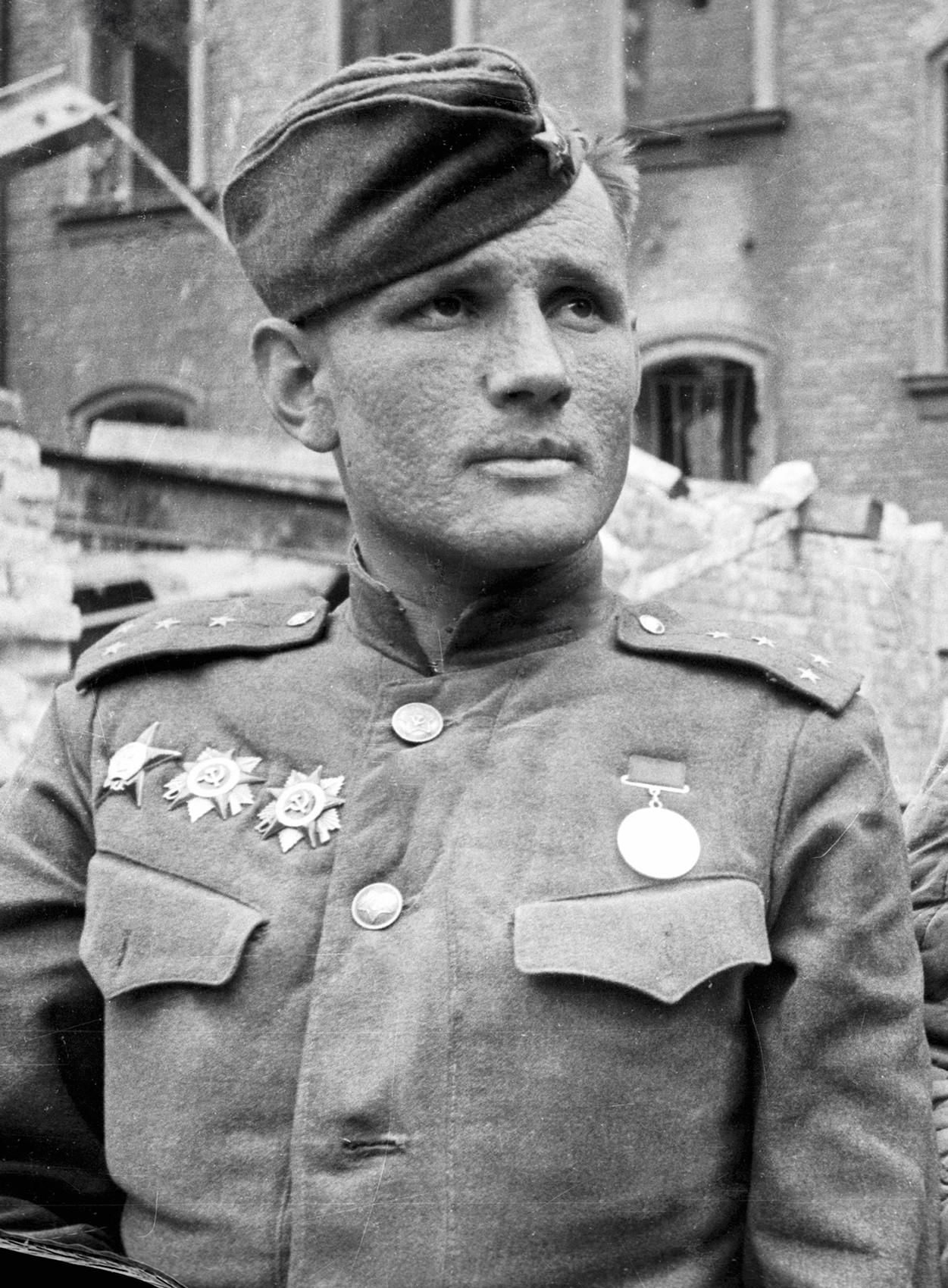 Il capitano Stepan Neustroev che diede l'incarico di piazzare la bandiera