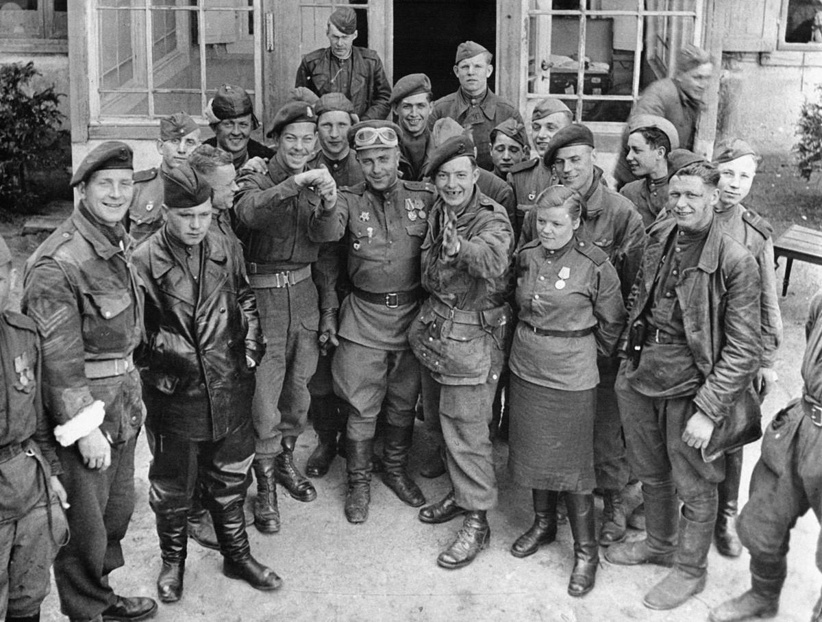 Енглески и руски војници после сусрета на обали Балтичког мора у Визмару, Немачка, 3. мај 1945.