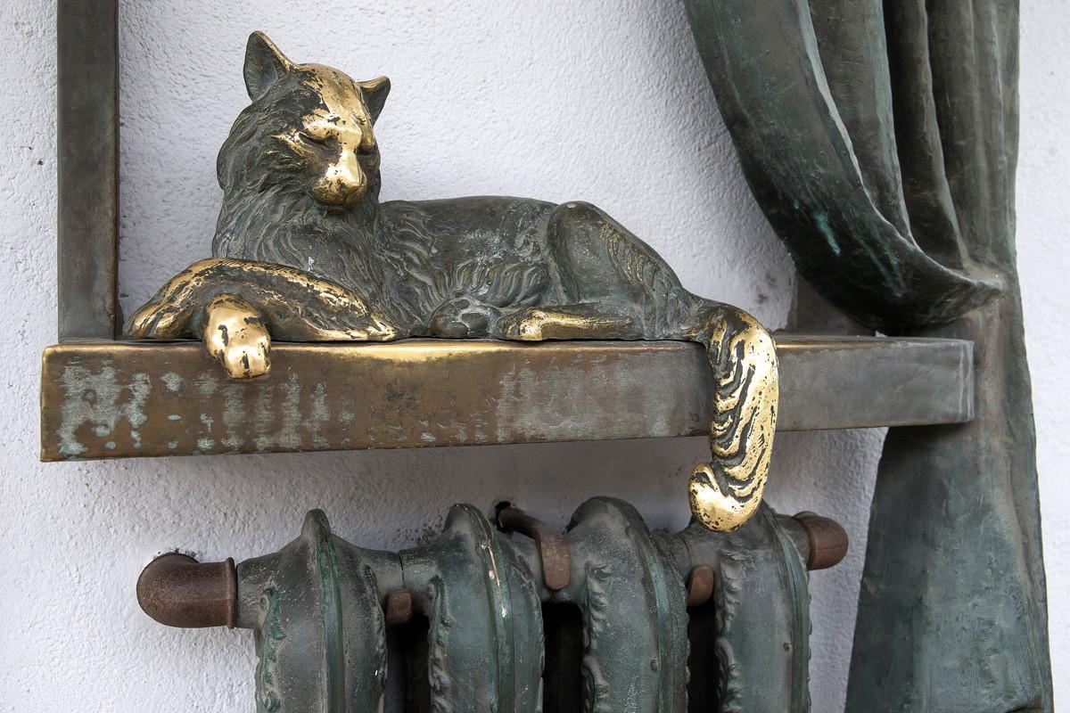 Monumen kucing yang berbaring di radiator pemanas di Samara.