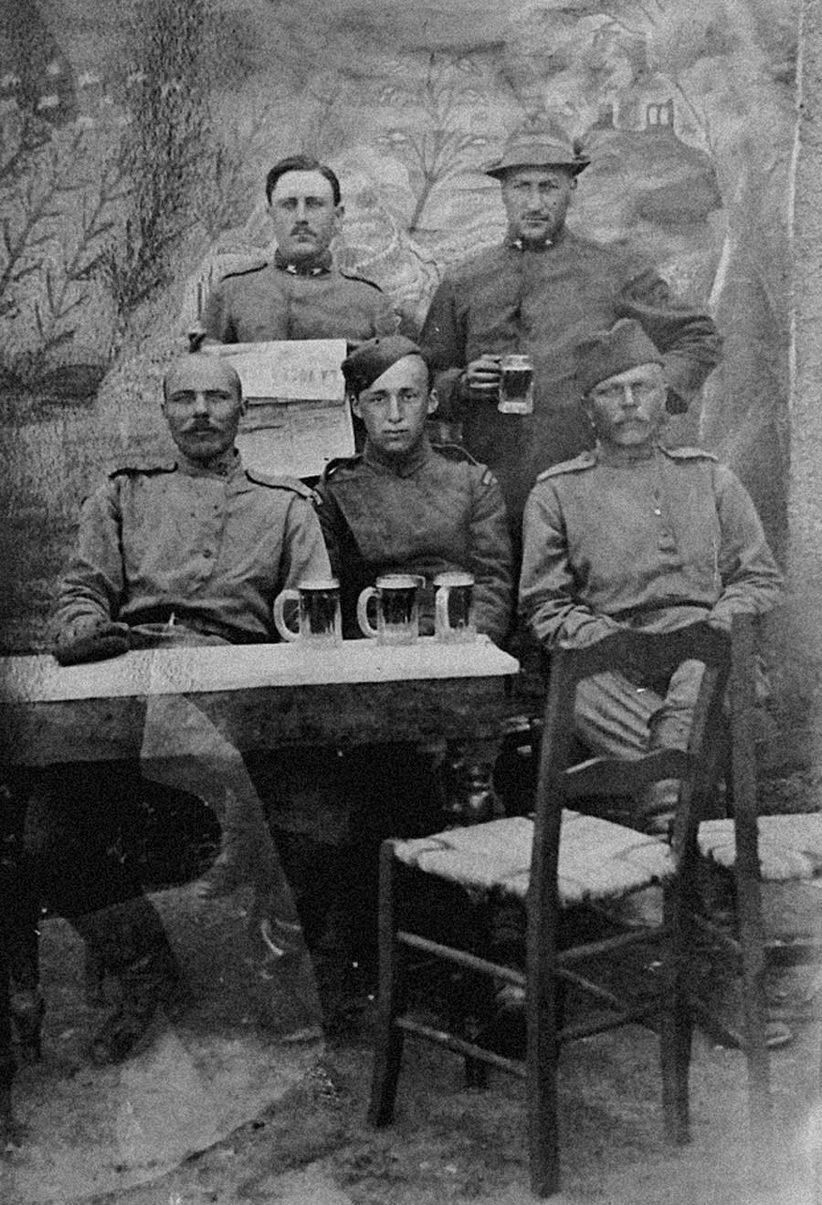 Des soldats russes, français, américains, italiens et serbes boivent de la bière, 1917