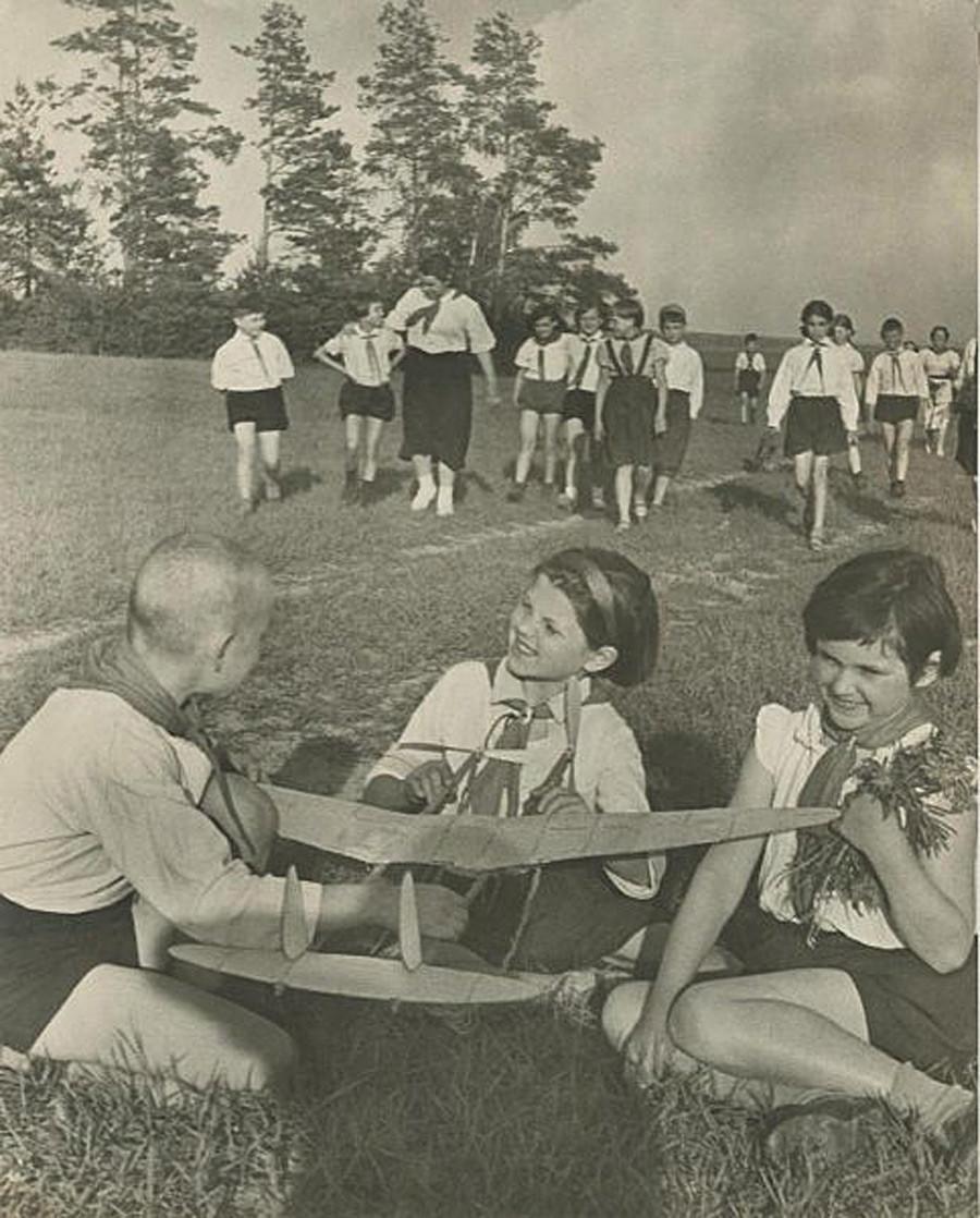 飛行機模型を作る子供、1937-1939
