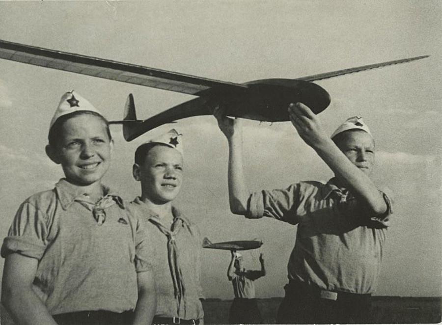 グライダーを作る子供、1937-1939