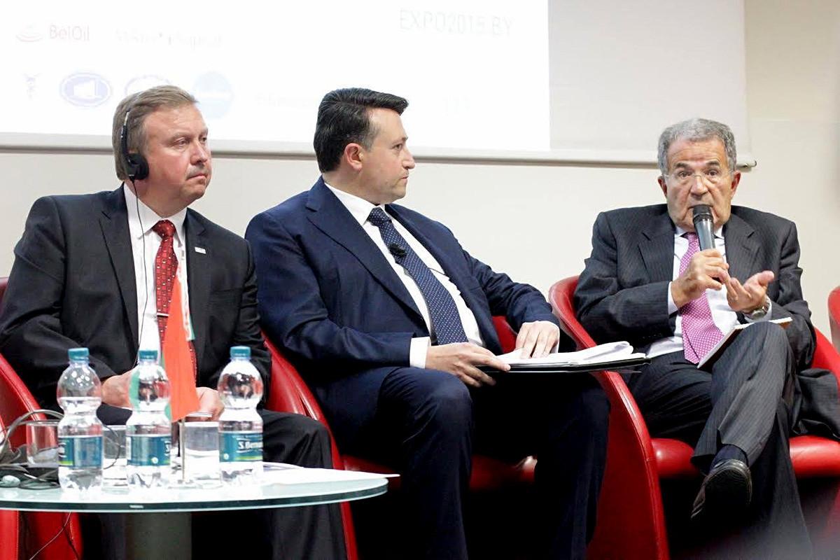 Trani (tengah) dan Romano Prodi (right),  politisi Italia yang menjabat sebagai Presiden ke-10 Komisi Eropa pada Milan Expo, 2017.