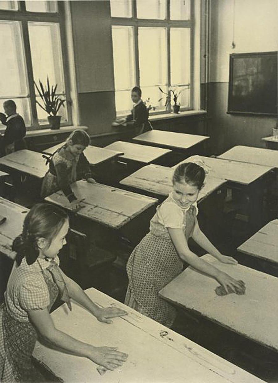 Ordenando las aulas, 1950.