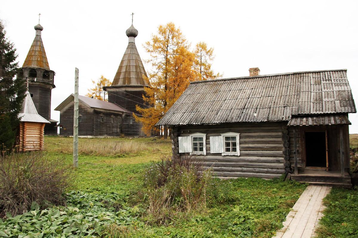 Lesena Cerkev Sv. treh kraljev z zvonikom, Oševenski pogost, Rusija