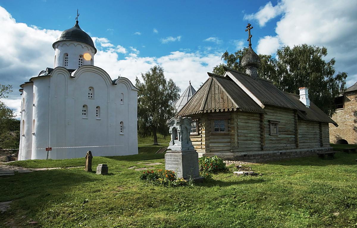 Stara Ladoga, Rusija, znotraj trdnjave; levo cerkev sv. Jurija, na sliki tudi lesena cerkev sv. Dmitrija Solunskega