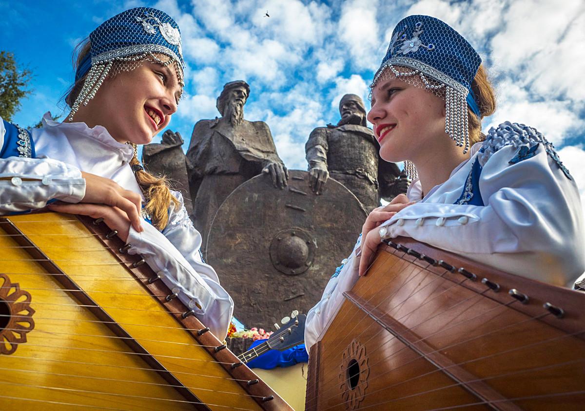 Spomenik Rjurika in Olega Novgorodskega, Stara Ladoga, Rusija