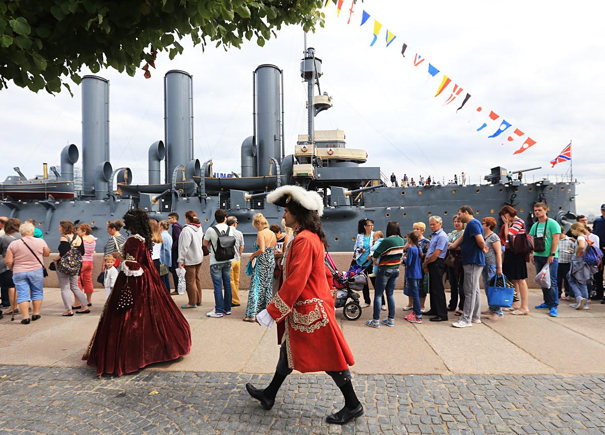 Ljudi čekaju na red da pogledaju novu izložbu u ruskoj krstarici Aurora, podružnici Središnjeg vojno-pomorskog muzeja. Izložba je obnovljena tijekom planskog remonta krstarice i sada nije posvećena samo Oktobarskoj revoluciji 1917., nego i povijesti ruske flote.