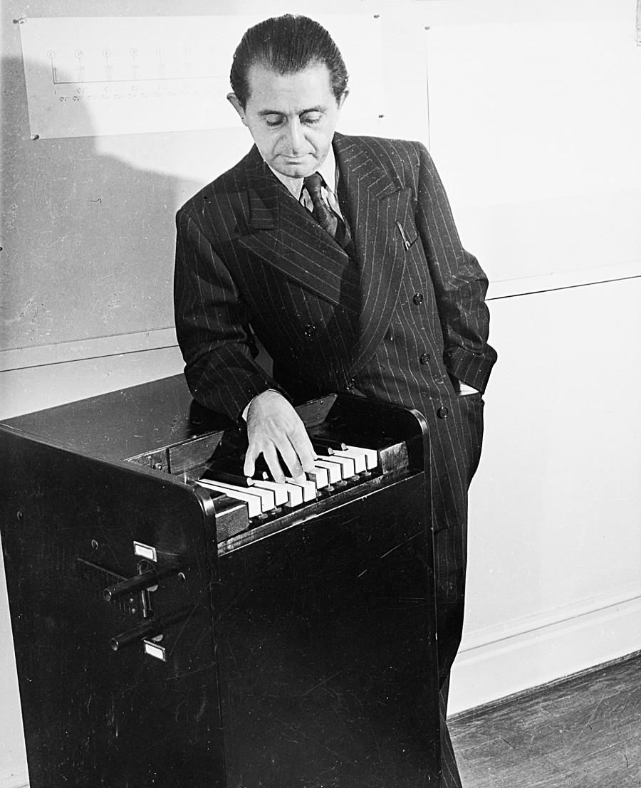 Le rythmicon, ou polyrythmophone, est considéré comme la première boîte à rythmes électronique au monde et a été inventé en 1931 par le compositeur américain Henry Cowell et l'inventeur russe Lev Termen.