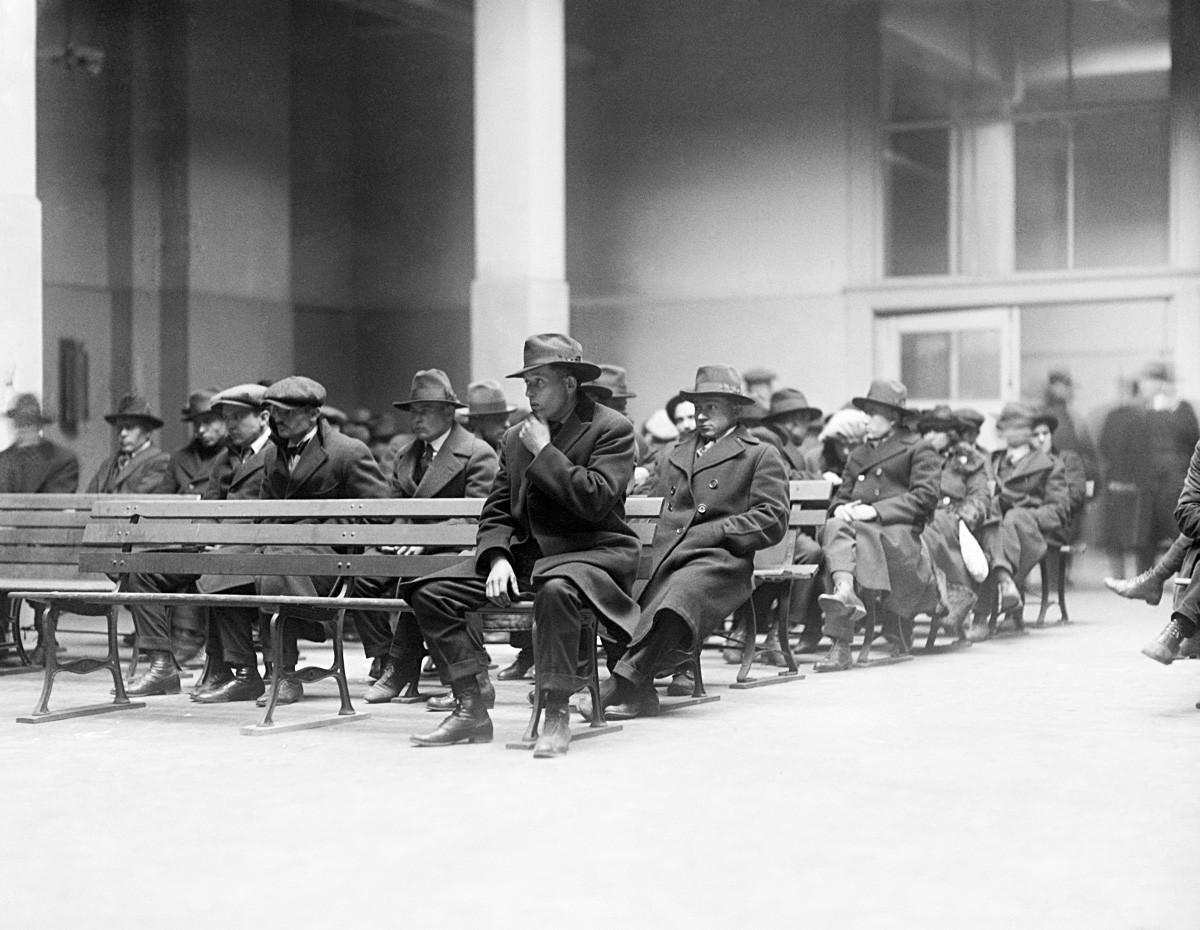Оригинални натпис: 1. 3. 1920. Њујорк. Анархисти, комунисти и радикали ухапшени у Њујорку стижу на острво Елис где ће остати до завршетка истраге и депортације.