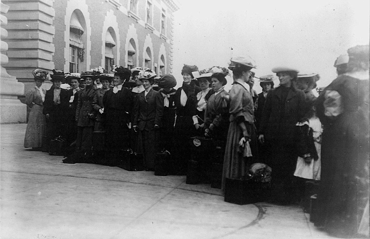 Емигранти из Источне Европе на острву Елис, Њујорк, САД, 1900.
