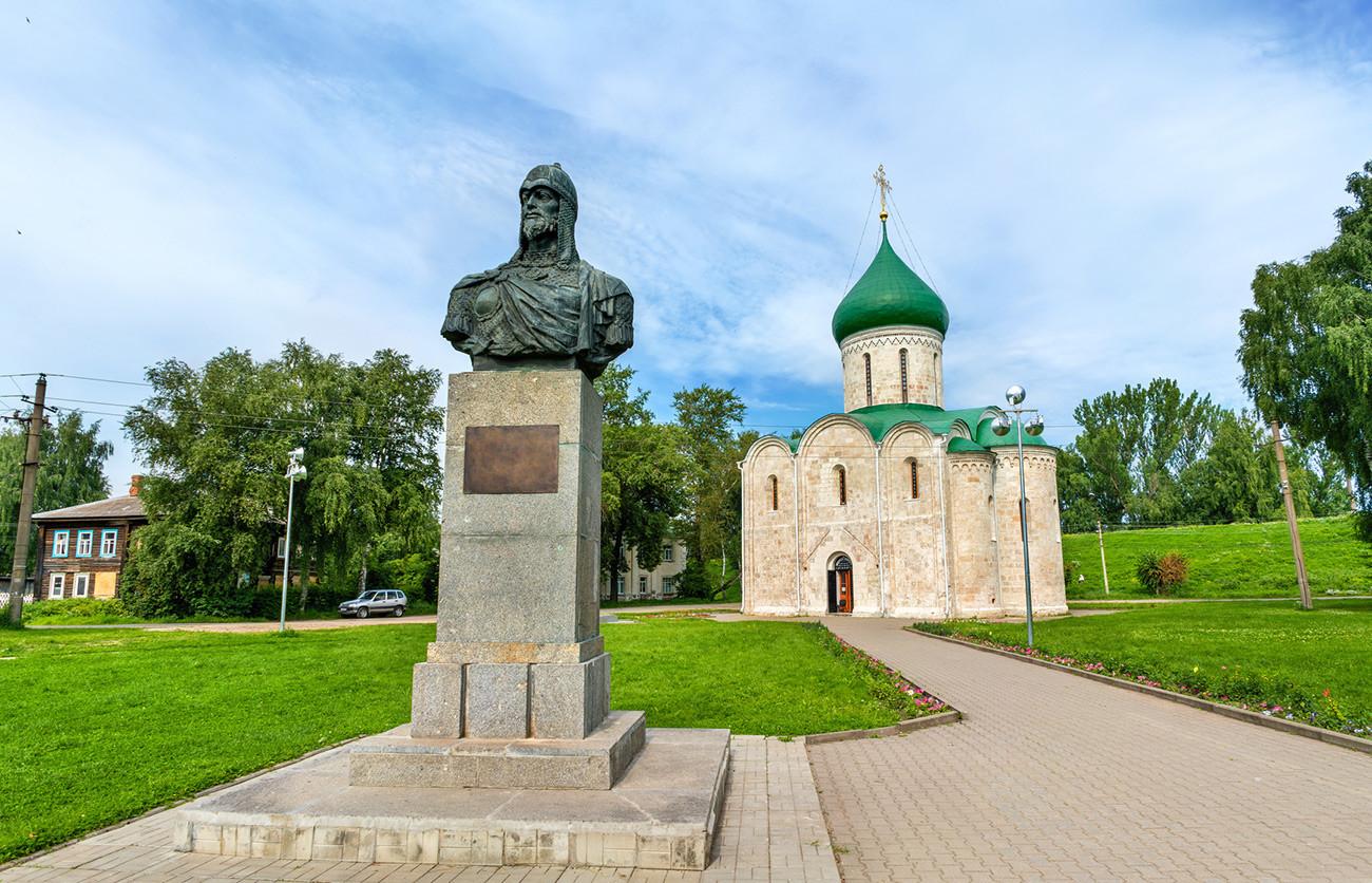 Plaza Roja de Pereslavl-Zaleski. De la izq a la drcha: monumento a Alejandro Nevski, сatedral de la Transfiguración del Salvador.