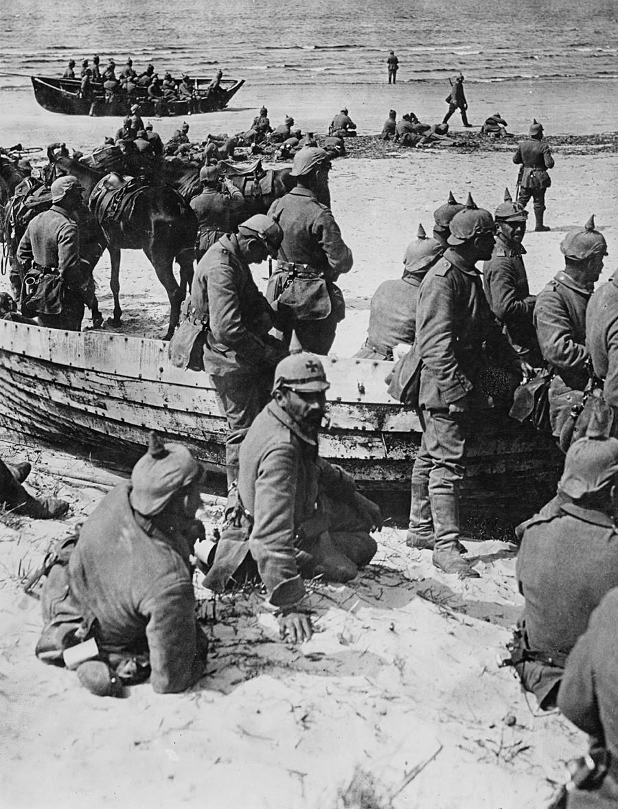 Немачки војници се одмарају на плажи у граду Скатре у Летонији на путу за град Лијепаја (немачки назив: Либау) за време Првог светског рата, око 1915.