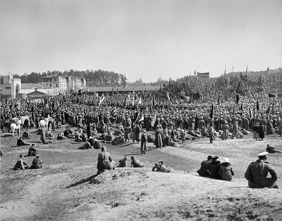 Фебруарска револуција (крај фебруара – почетак марта 1917). Стрељачке јединице на протесту у близини Риге.