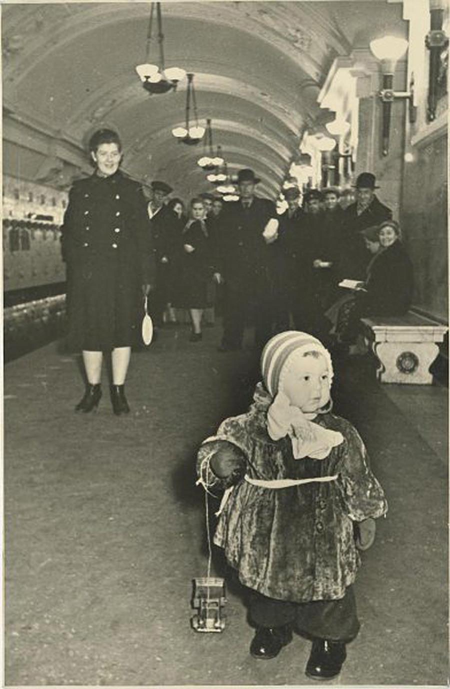 Di stasiun kereta bawah tanah, 1950-an.