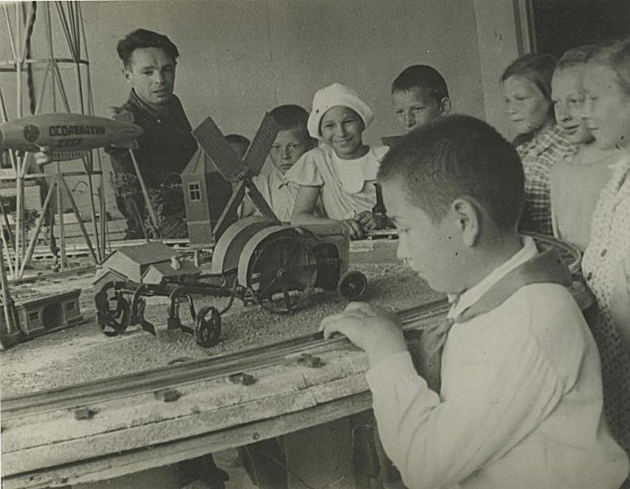 Di samping model mesin, 1937.