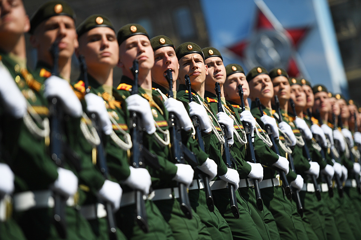 Para kadet dari Universitas Militer Kementerian Pertahanan Rusia berbaris saat latihan untuk parade Hari Kemenangan di Lapangan Merah, Moskow.