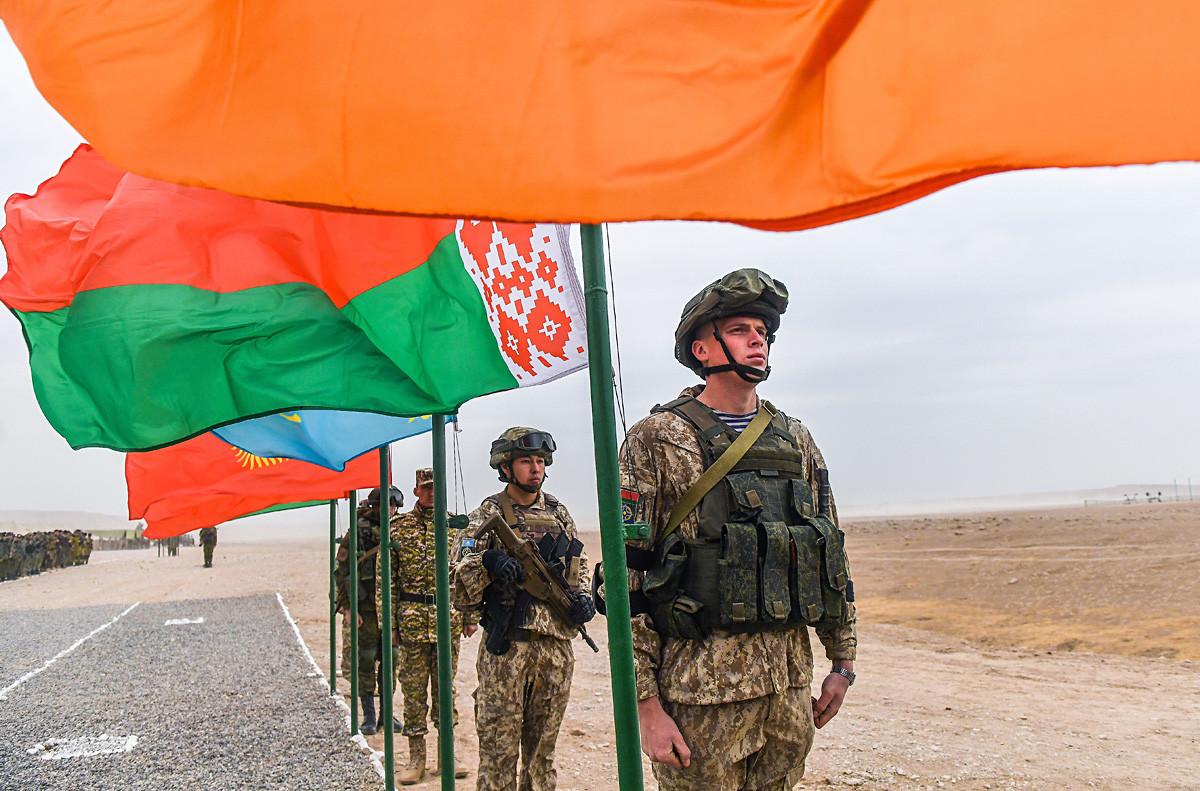 Para petugas mengikuti upacara pembukaan di pangkalan Khairmaidon dari latihan bersama antiteror dari pasukan respons cepat kolektif negara-negara anggota Organisasi Perjanjian Keamanan Kolektif, Tajikistan.