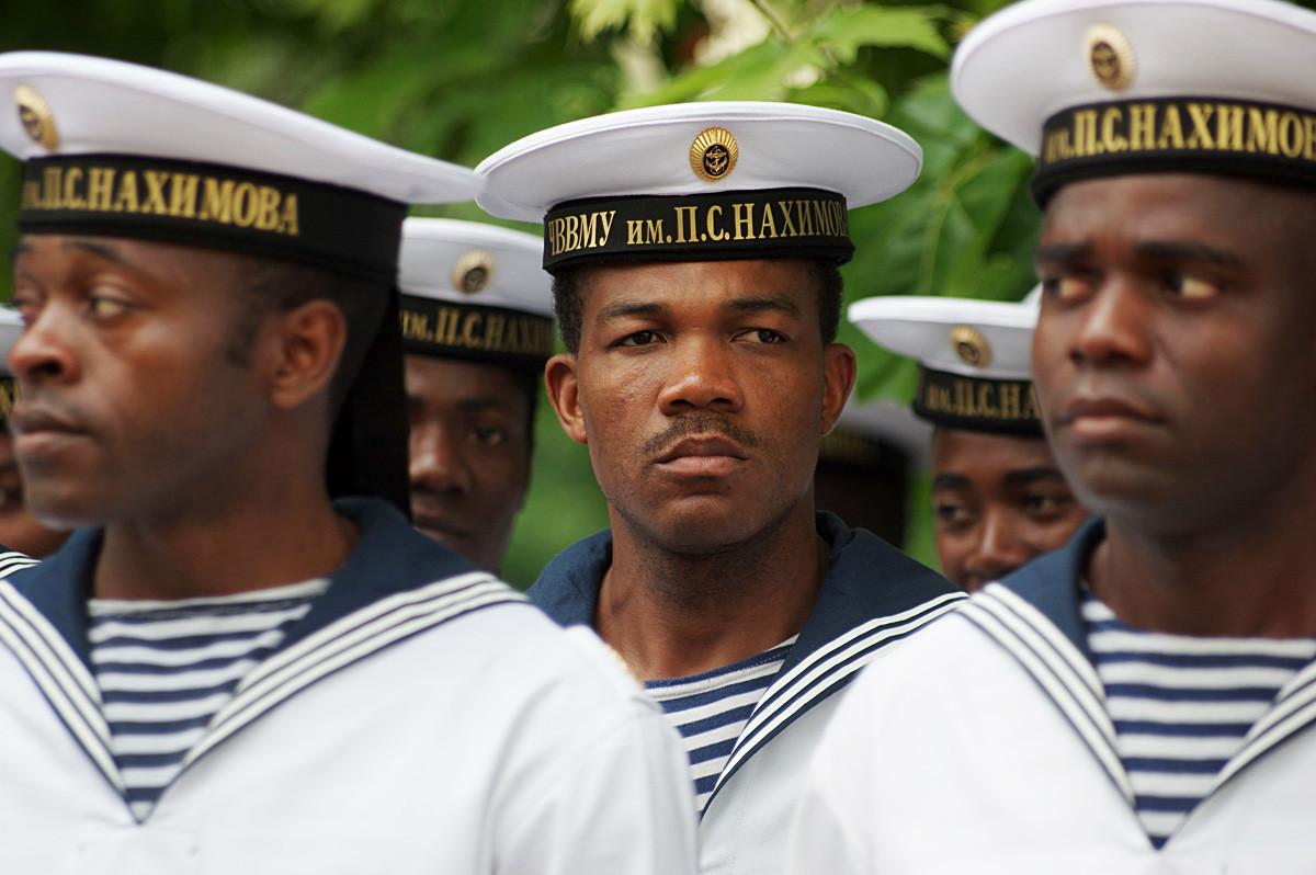Des étudiants étrangers lors d'une cérémonie de remise des diplômes pour les officiers et les mitchmans (rang militaire) de la marine russe à l'École navale supérieure amiral Pavel Nakhimov de la mer Noire, à Sébastopol.