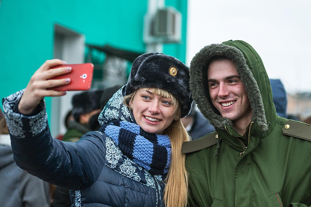 Un appelé pose pour un selfie avec sa petite amie à la gare d'Omsk, avant de partir effectuer son service militaire.
