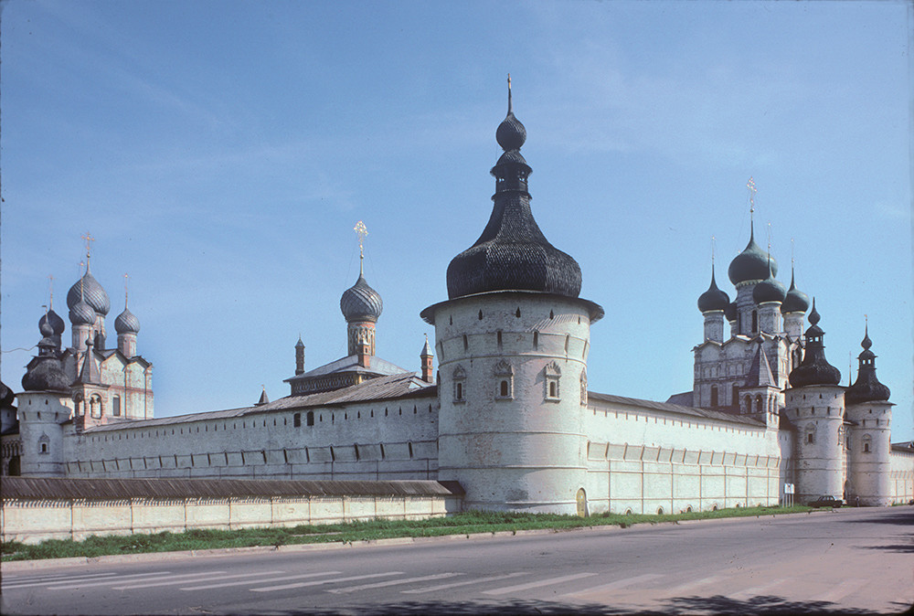 Rostov kremlin, west wall, northwest view.  From left: Resurrection Church over North Gate, Church of Hodegetria Icon, northwest tower, Church of St. John the Divine over West Gate. August 