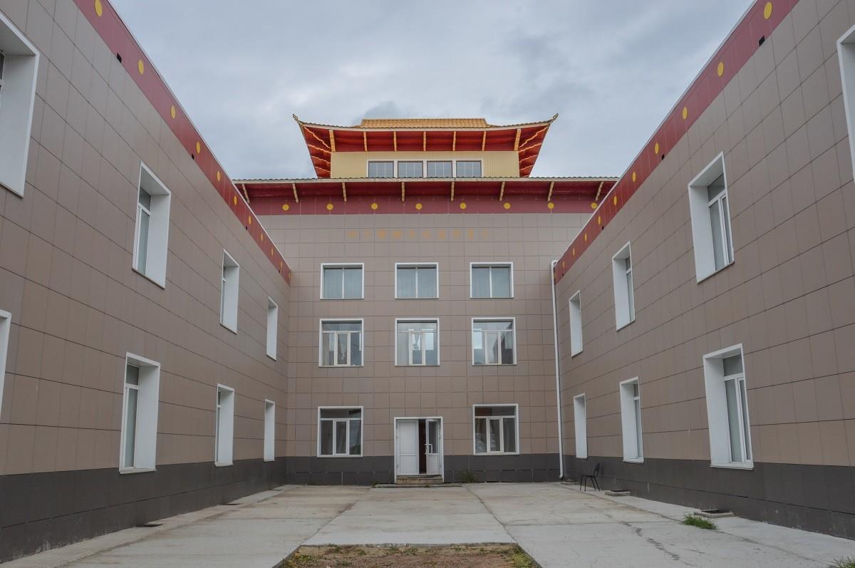 L'université Dachi Tchoïnkhorline compte 20 enseignants pour 200 étudiants et se divise en quatre facultés : de philosophie, de tantrisme, d'iconographie et de médecine. Elle a élu domicile dans un bâtiment moderne, mais toujours d'inspiration bouddhiste.