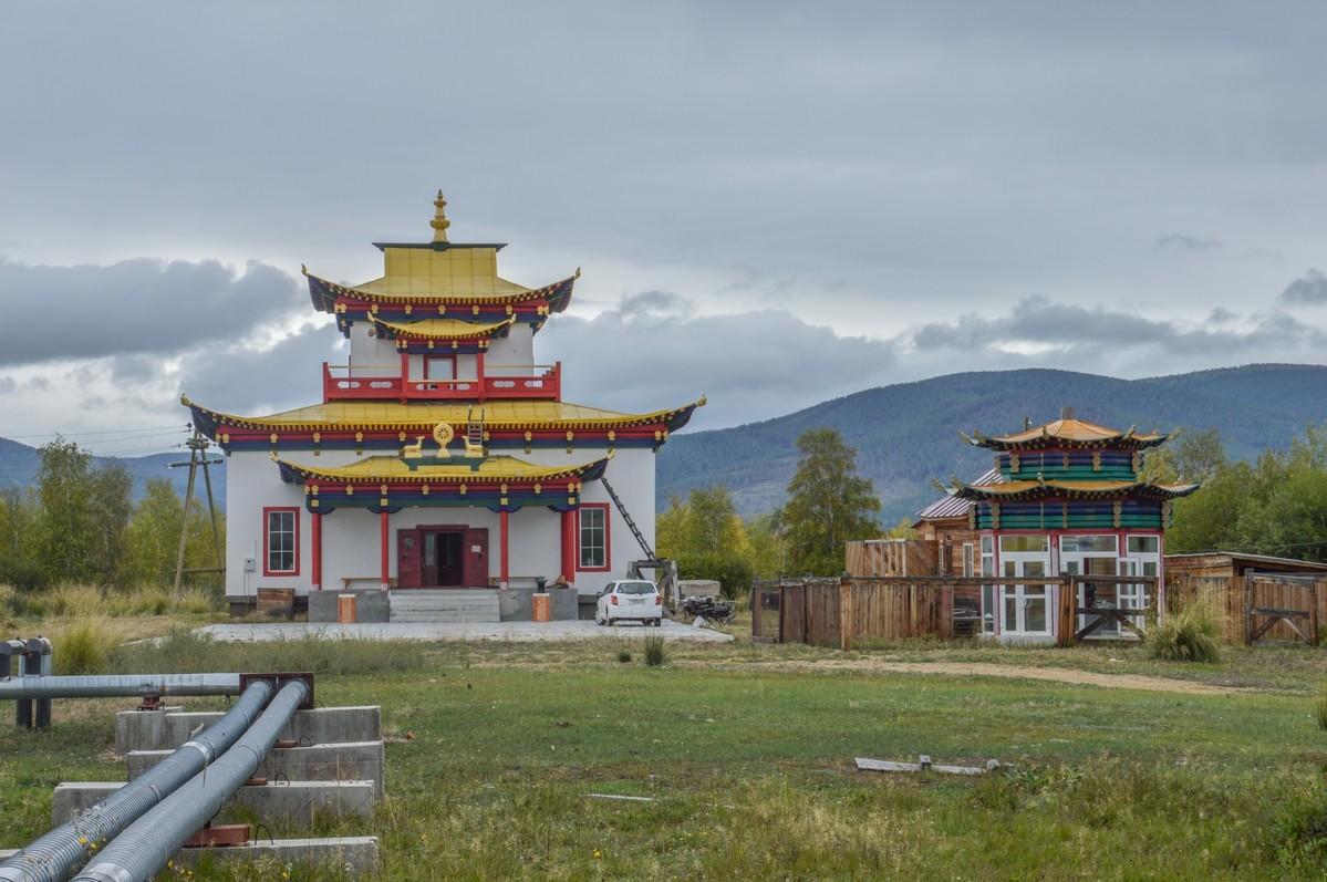 Pourtant bien informé, je ne m'attendais pas à découvrir ici un si grand nombre de temples, une douzaine. D'ailleurs, ils semblent aujourd'hui trop à l'étroit, et de nouveaux lieux de culte sont à présent en construction au-delà des limites du complexe.