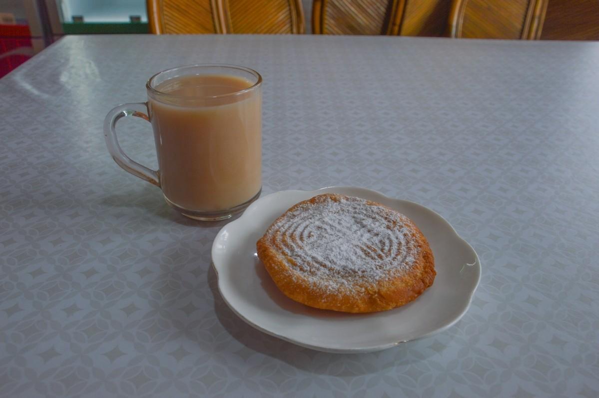 L'on peut en outre effectuer une halte à la cafétéria, ce que je n'hésiterai pas à faire afin de déguster une boova, pâtisserie traditionnelle bouriate ornée ici d'un motif bouddhiste, accompagnée d'un appréciable thé au lait.