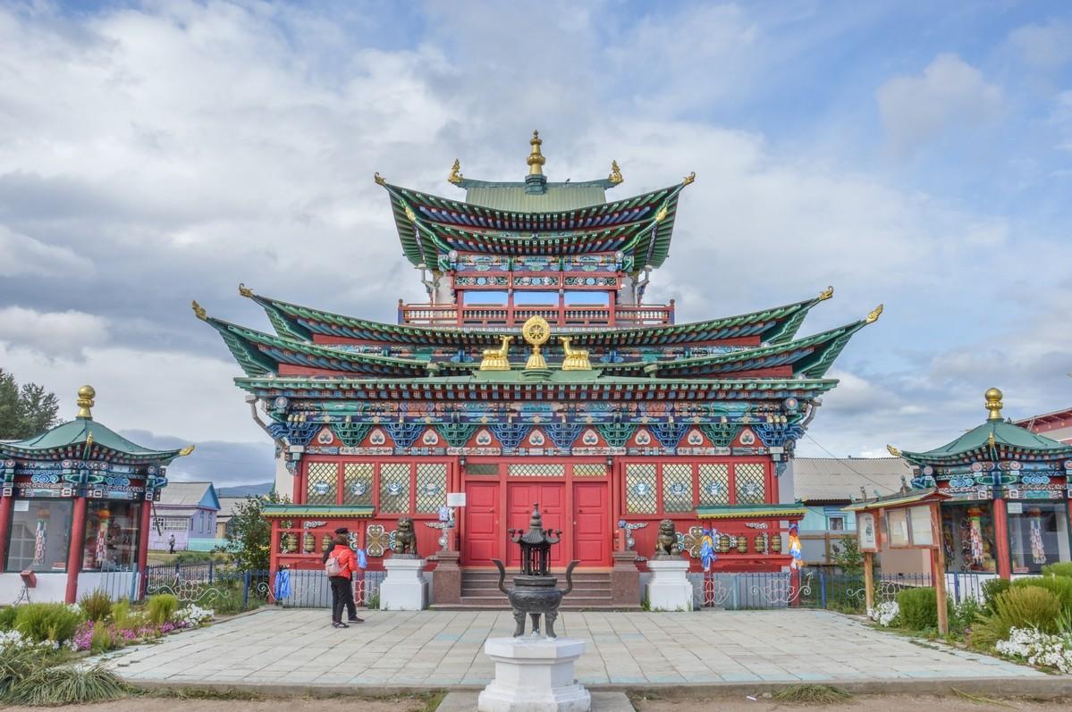 L'un des temples renferme le vénéré corps du Pandito Khambo-lama Dachi-Dorjo Itigilov (1852-1927) qui, un jour, en position du lotus, est entré dans un état méditatif si profond qu'il n'en est jamais sorti. Certains le disent même encore vivant.