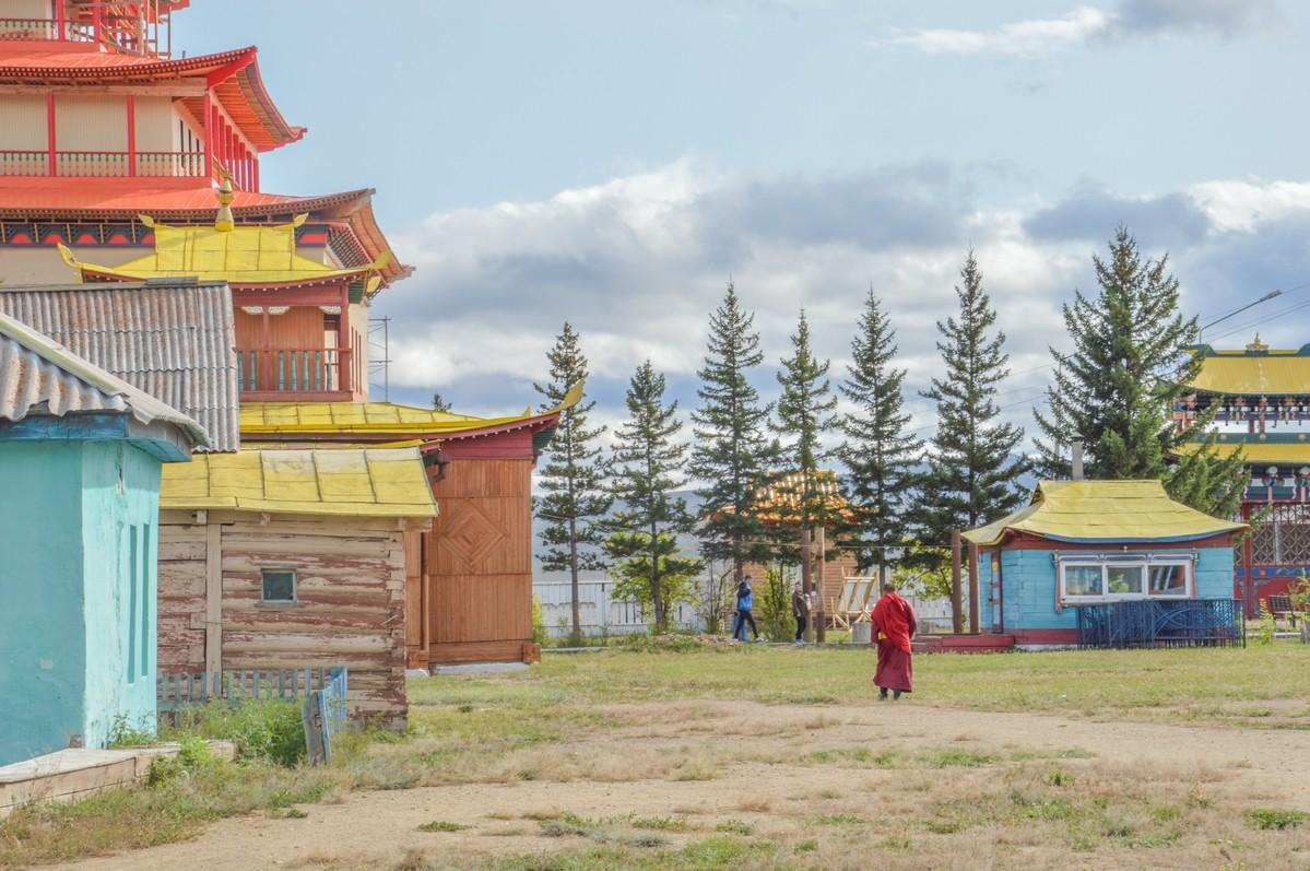 C'est à l'intérieur d'un temple, dont les intérieurs éblouissent par leur richesse, que mon chemin croise celui de l'un d'entre eux, et pas n'importe lequel, puisqu'il s'agit de l'un des deux lamas (maîtres spirituels) du monastère.