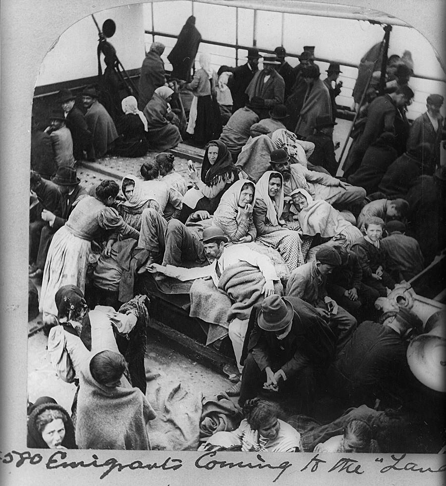 Immigrants, probablement russes ou polonais, à bord d'un bateau approchant de New York, USA.