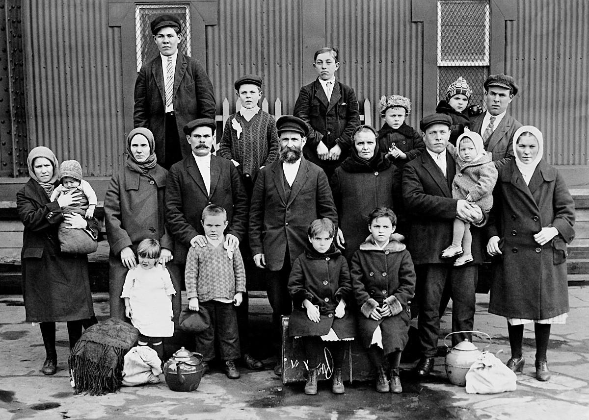 Une famille d'immigrants russes après son arrivée à l'embarcadère d'Ellis Island, le point de contrôle des immigrants.