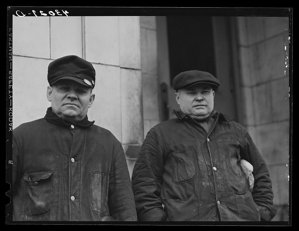 Des métallurgistes russes de la Pittsburgh Crucible Steel Company à Midland, Pennsylvanie.