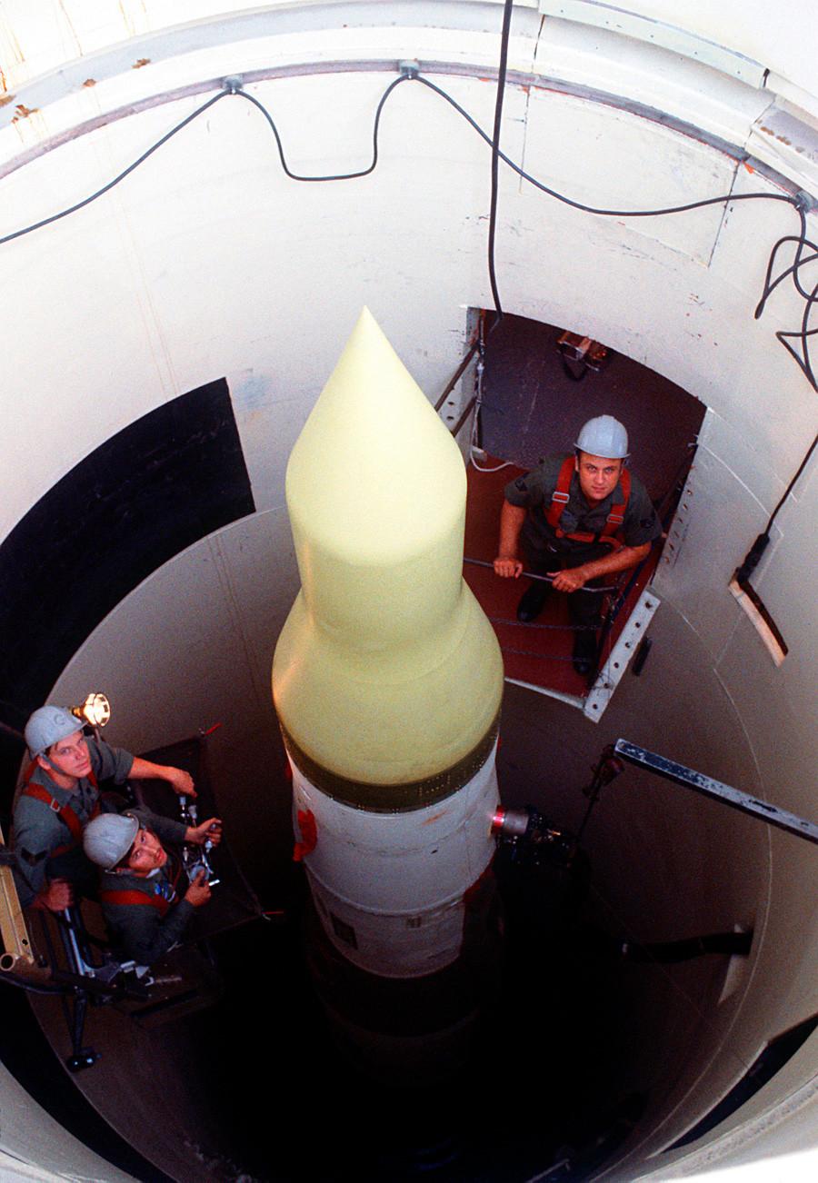 Техничари ратног ваздухопловства САД проверавају интерконтиненталну балистичку ракету у њеном силосу у ваздухопловној бази Вајтман, Мисури.