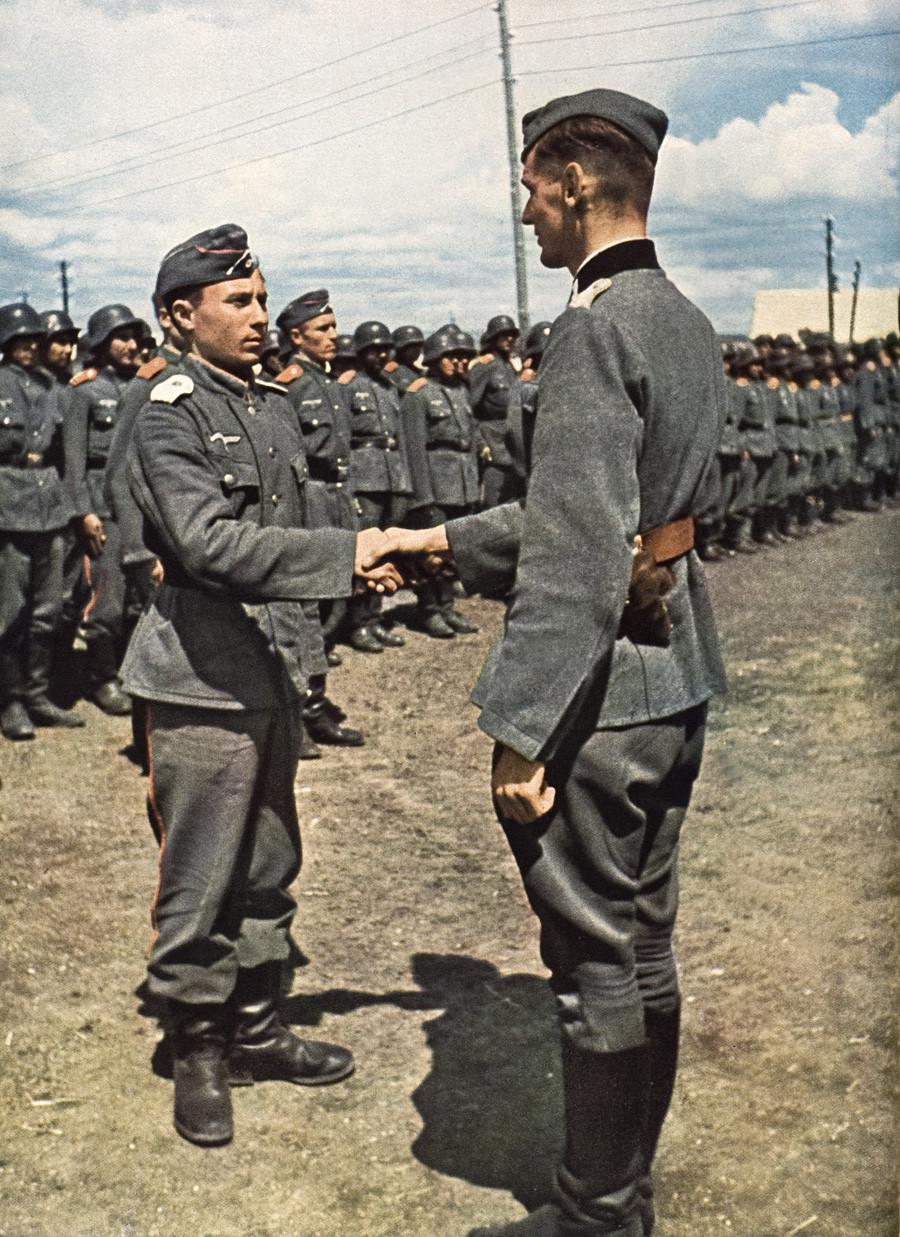 """Добровољци Руске ослободилачке армије из козачког пука """"Платон"""" (који су се борили на страни Немачке у Другом светском рату), 1943."""