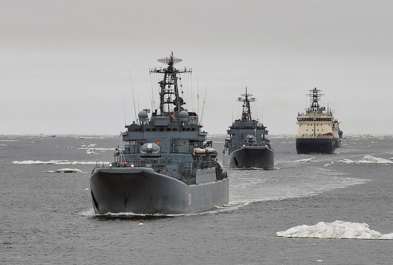 Barcos rusos Alexánder Otrakovski, Kondopoga y rompehielos Iliá Múromets en el Ártico.