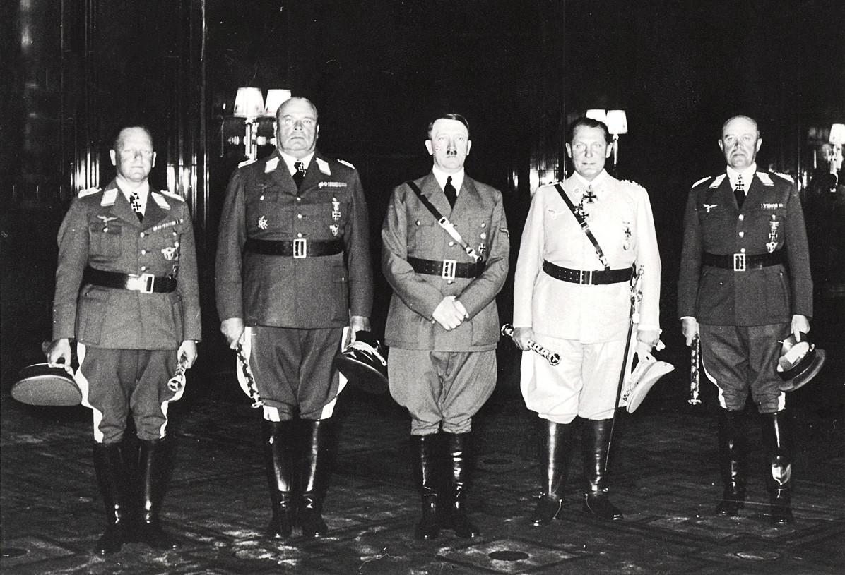 Les nouveaux maréchaux généraux de la Luftwaffe, de gauche à droite : Erhard Milch, Hugo Sperrle, Adolf Hitler, le Reichsmarschall Hermann Goering et Albert Kesselring.