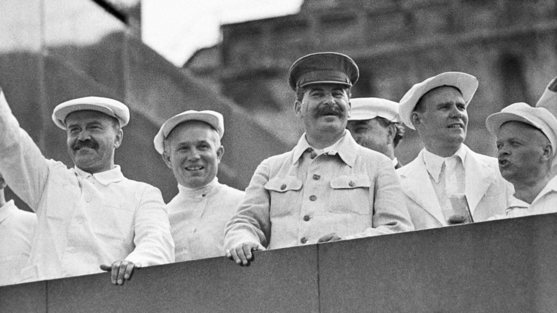 Plaza Roja, Mosсú. De la izq a la drcha: V.M. Mólotov, N.S. Jrushchov, I.V. Stalin.