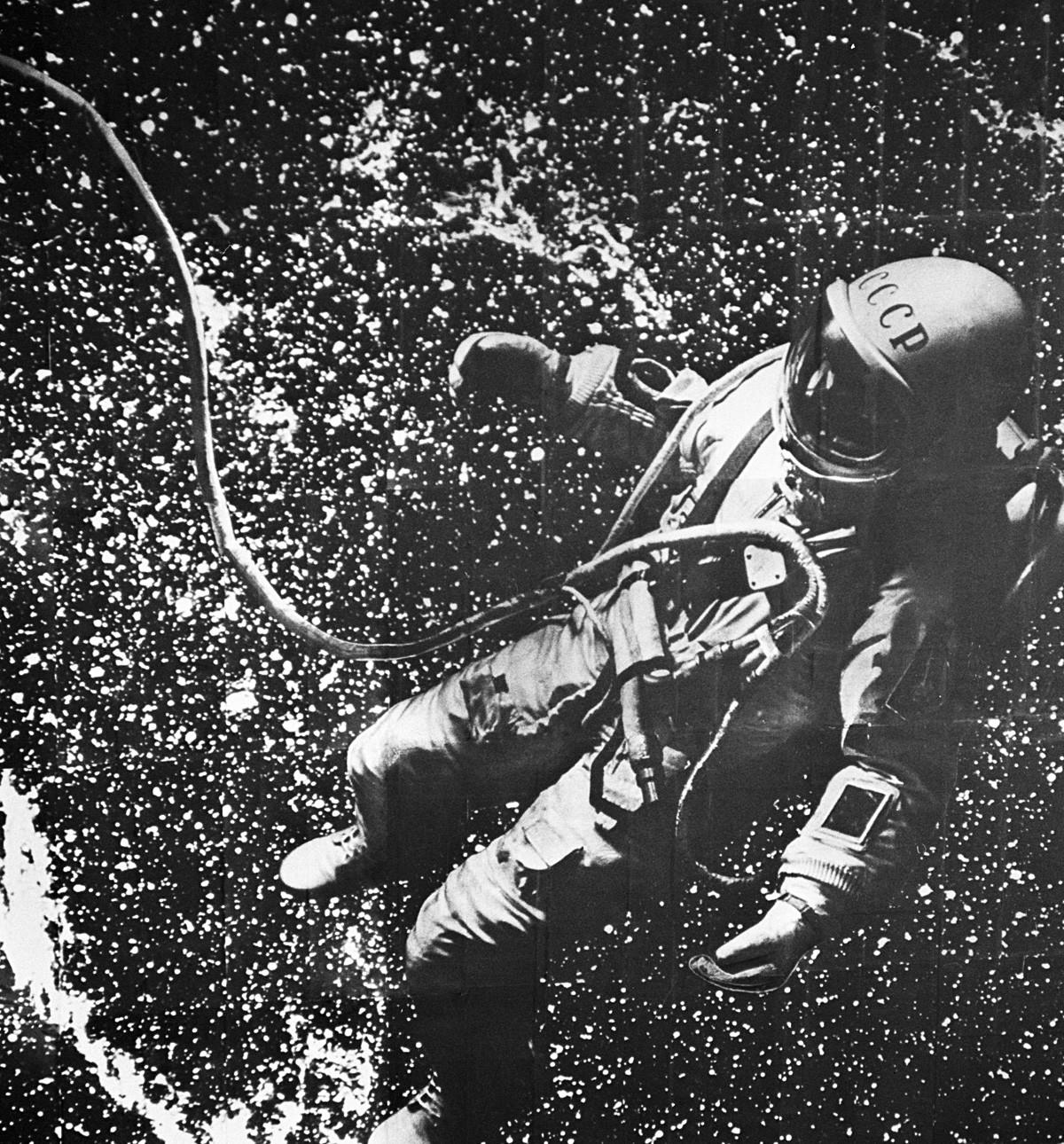 Пилот космонаут СССР Алексеј Архипович Леонов у отвореном свемиру