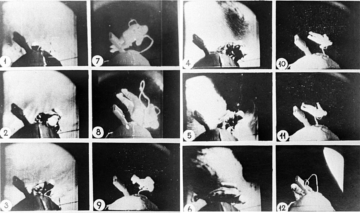 Леонов првата прошетка низ космосот од вселенскиот брод Восход-2 ја изведе на 18 март 1965 година.