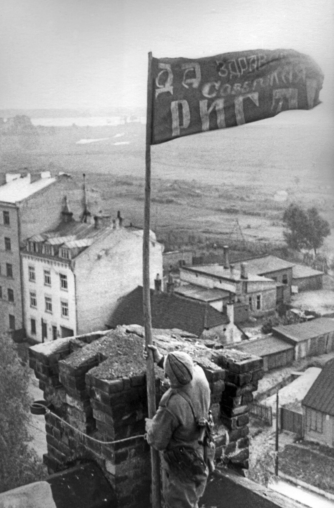 Letonska Sovjetska Socijalistička Republika. Riga. Postavljanje crvene zastave poslije oslobođenja grada od njemačko-nacističke okupacije.