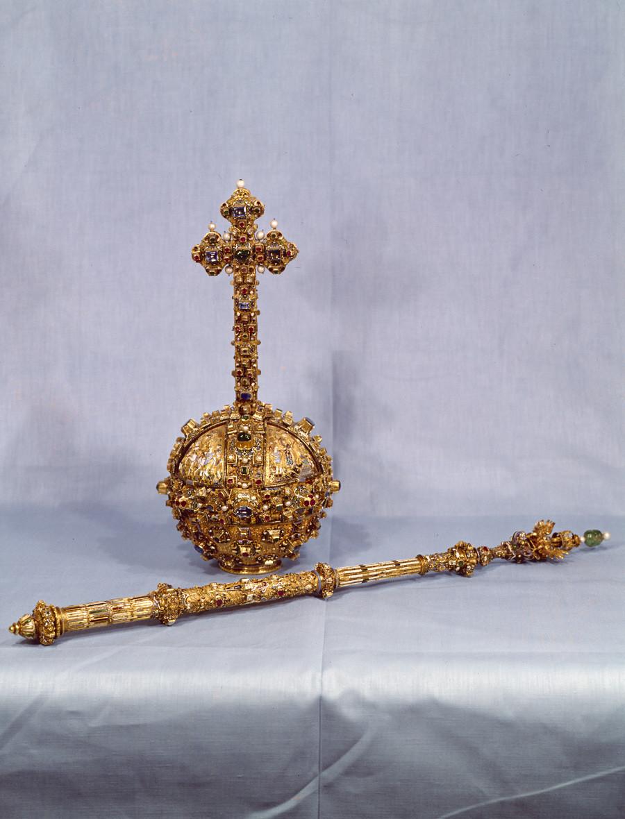 Кълбо и скиптър, част от одежидте на цар Михаил Романов. Злато, скъпоценни камъни, емайл. Начало на XVII век. Колекция на Кремълската оръжейна палата